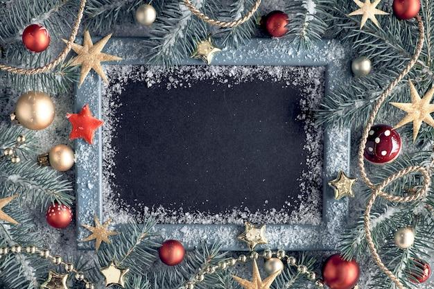 Verfraaide spartakjes rond schoolbord op rustiek hout met sneeuw