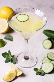 Verfrissend cocktailglas klaar om geserveerd te worden