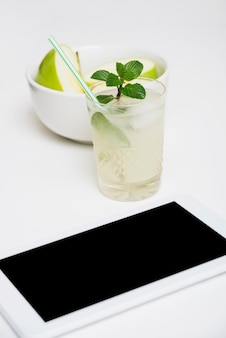 Verfrissend drankje met appels en tablet