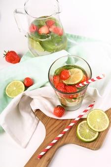 Verfrissend drankje met schijfjes citroen