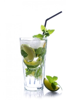 Verfrissend glas traditie zomer drankje mojito met limoen en munt op wit wordt geïsoleerd