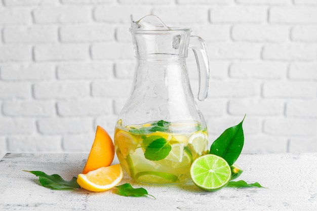 Verfrissend koud citruswater met munt