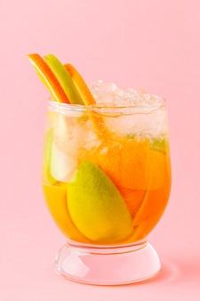 Verfrissend zomercocktail detox fruit doordrenkt water