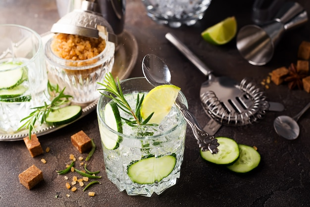 Verfrissend zomerdrankje - detoxcocktail van munt, komkommer en citroen