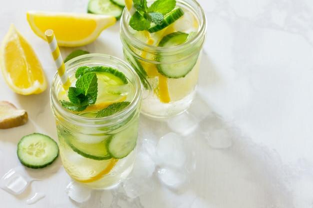 Verfrissend zomerdrankje met komkommer en citroen