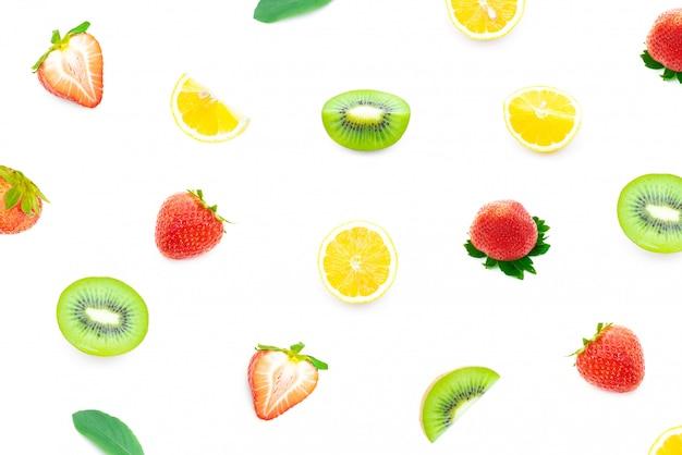 Verfrissende aardbeikiwi en citroen op een geïsoleerd wit