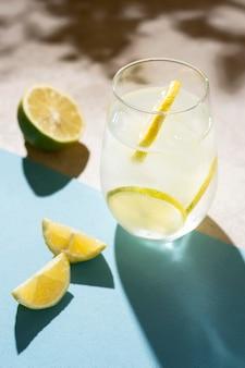 Verfrissende alcoholische drank klaar om te worden geserveerd