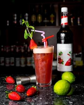 Verfrissende cocktail met aardbeien en muntblaadjes