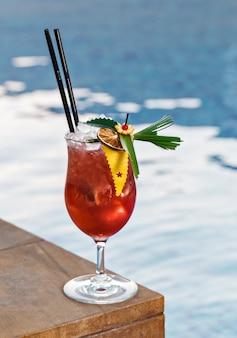 Verfrissende cocktail met ijsblokjes, perfect voor buitenevenementen.