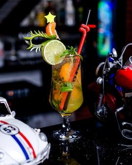 Verfrissende cocktail met muntblaadjes, limoen en mandarijn
