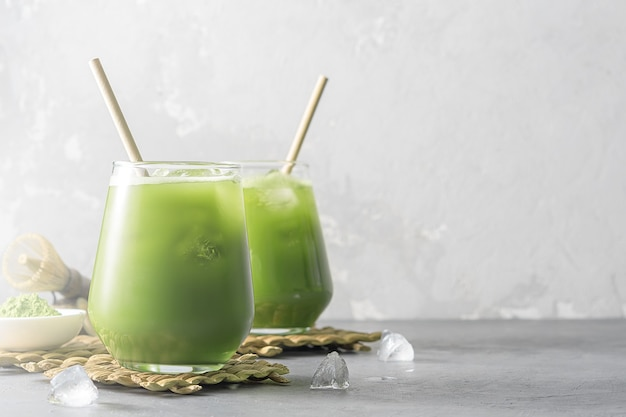 Verfrissende cocktail van ijsthee matcha op een concrete achtergrond met kopie ruimte.
