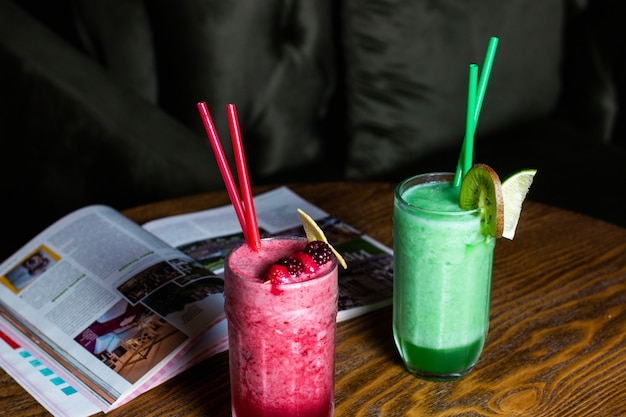 Verfrissende cocktails kiwi met limoen en bessen