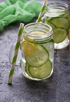 Verfrissende detox water met komkommer en citroen. selectieve aandacht