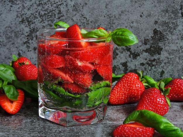 Verfrissende detoxdrank met aardbeien en basilicum.