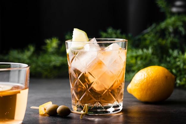 Verfrissende drank met citroen dicht omhoog