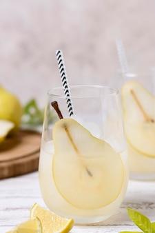 Verfrissende drank met peer klaar om te worden geserveerd
