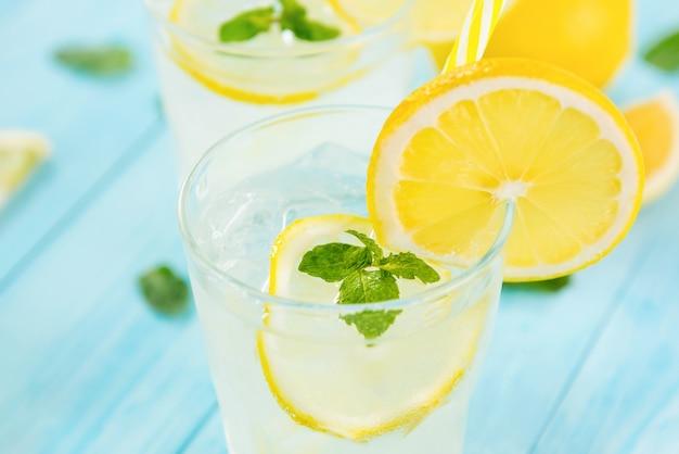 Verfrissende drankjes voor de zomer, koud limonadesap met gesneden verse citroenen