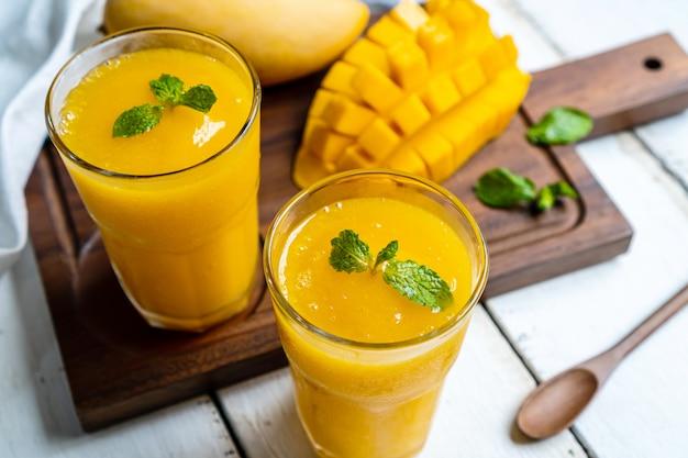 Verfrissende en gezonde mango smoothie in een glas met mango