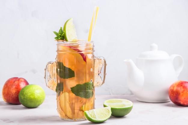 Verfrissende ijsthee met limoen en nectarine