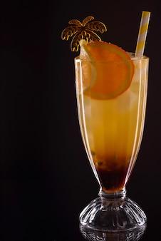 Verfrissende koele mango rum collins op de toog. cocktail op een feestje. avondverblijf in de bar