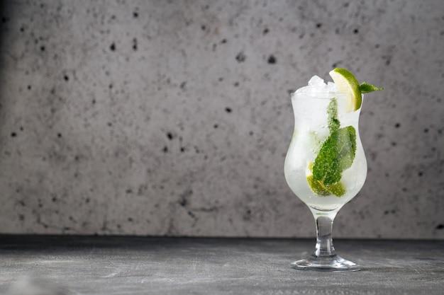 Verfrissende koele mojito cocktail met muntblaadjes