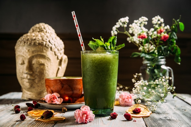 Verfrissende koude groene smoothiecocktail in een glas
