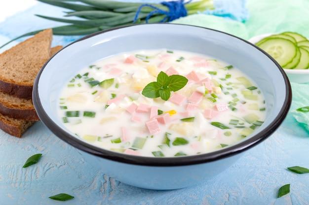 Verfrissende koude slavische okroshka-soep in een kom.