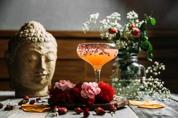 Verfrissende koude zoete cocktail in een glas
