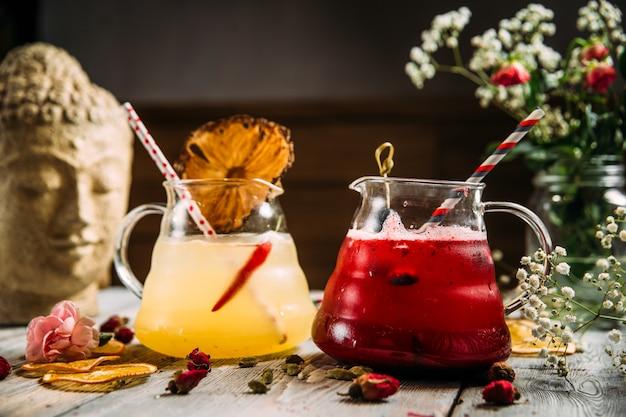 Verfrissende koude zoete limonades in glazen potten