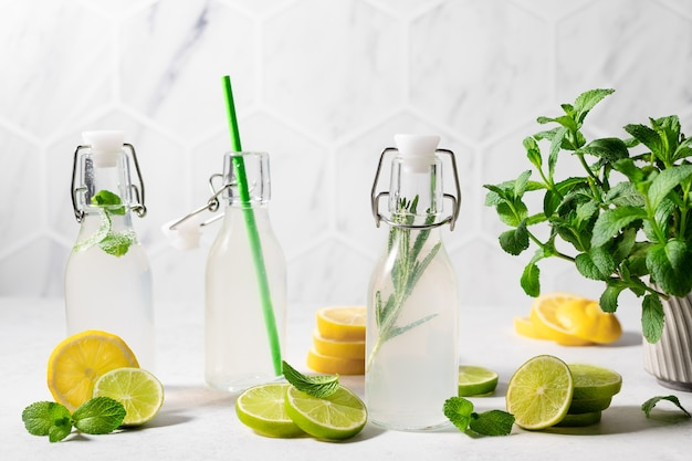 Verfrissende limoen- en citroenlimonade met kruiden zomerdrankje