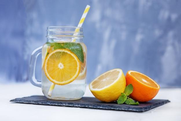 Verfrissende limonade met citroen, sinaasappel en munt.
