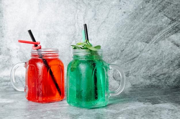 Verfrissende limonades met rietjes