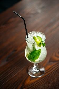 Verfrissende mojito cocktail ijs limoen munt