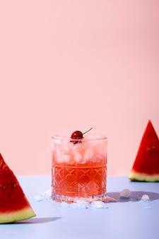 Verfrissende watermeloendrank met kersen