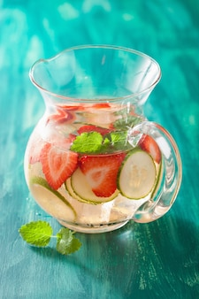 Verfrissende zomer drankje met aardbeien komkommer limoen in pot