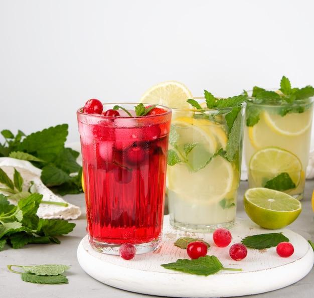 Verfrissende zomer drankje van aardbeien en veenbessen op een witte houten bord