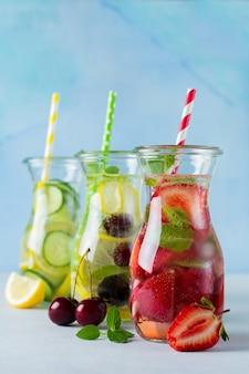 Verfrissende zomer zelfgemaakte cocktail in een glazen fles