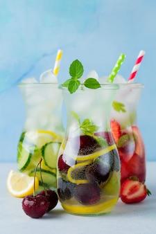 Verfrissende zomer zelfgemaakte cocktail in glazen flessen