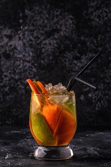 Verfrissende zomercocktail / detox fruit doordrenkt water, selectieve aandacht.
