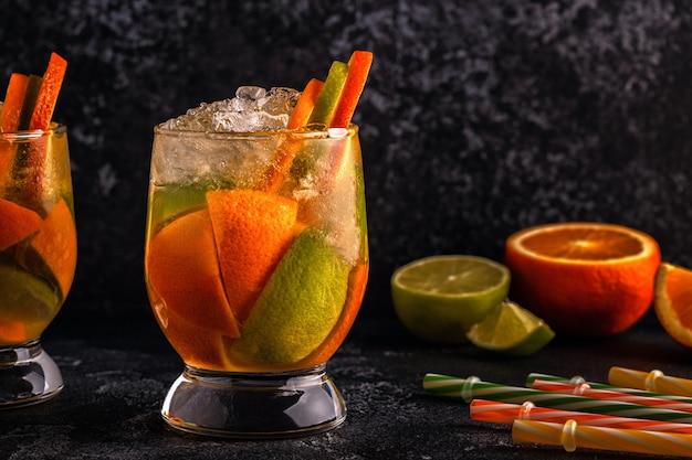 Verfrissende zomercocktail / detox met fruit doordrenkt water