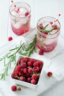 Verfrissende zomerdrank framboos met rozemarijn en ijs
