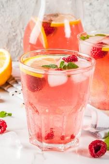 Verfrissende zomerdranken, fruit- en bessenframbozenmojito of limonade