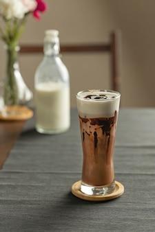 Verfrissende zomerdrankjes of -dranken, chocolade cacao latte met chocoladesaus