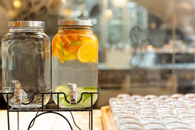 Verfrissende zomerkoude vruchten geïnfundeerd detoxwater met sinaasappel en limoen.
