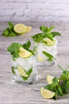 Verfrissende zomerse alcoholische cocktailmojito met ijs, verse munt en limoen