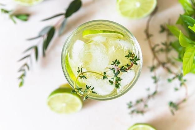 Verfrissing doordrenkt water met limoen en tijm gezond drankje en detox concept zomerdrankje