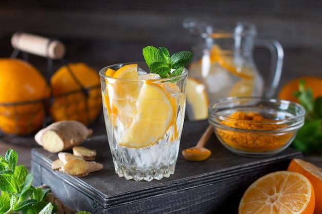 Verfrissing limonade drinken. traditionele zomerdrank met citroenmunt en ijs op houten achtergrond