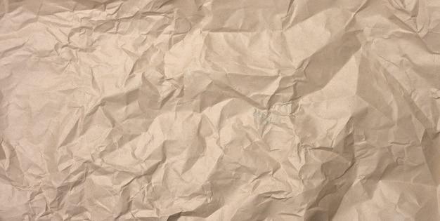Verfrommeld blanco vel bruin kraftpapier, vintage textuur voor de ontwerper, full frame, banner