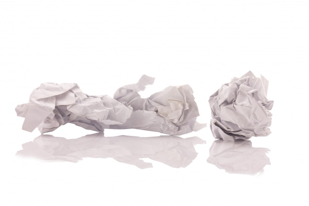 Verfrommeld die document op witte achtergrond wordt geïsoleerd