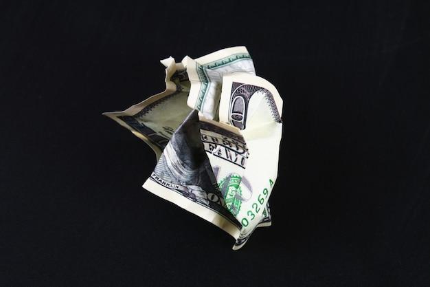 Verfrommeld honderd amerikaanse dollar. de ineenstorting van de dollar. devaluatie. vallende valuta.